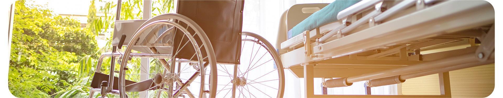 wózek inwalidzki i łóżko